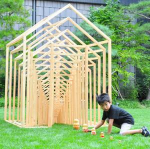 同じ構造の骨組みを幾重にも重ねた「マトリョーシカハウス」。モデルの人形も一緒に展示されている=松本市で