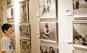 昔の子どもたちが遊んでいる様子を撮影した写真=羽咋市歴史民俗資料館で