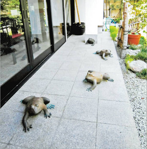 庭園にある作品「蛙もあるけば」=いずれも松阪市魚町の牛銀番茶亭で