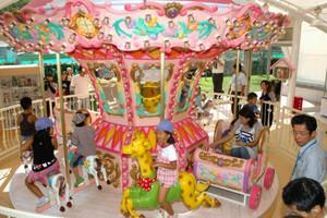 メリーゴーラウンドに乗り大喜びの子どもたち=近江八幡市安土町の安土多世代交流館で