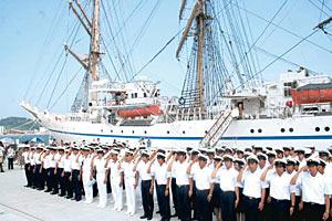 入港し市民の歓迎を受ける日本丸と実習生ら=輪島港で