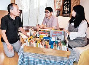 「一箱古本市」を前に打ち合わせをする実行委員会のメンバー=金沢市内で