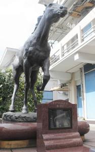 オグリキャップ像の前に設置されたたてがみ展示記念碑=笠松町若葉町の笠松競馬場で
