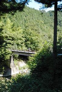 落合橋の跡にできている下桁橋