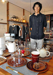 食器や衣料品などを販売する「歩らり」を開店した堂下和也さん=七尾市一本杉町で