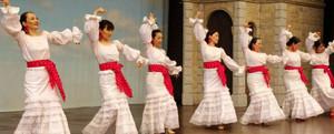 横一列に並んで踊るオルキデアスの皆さん=志摩市の志摩スペイン村で