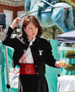 巧みにシェリー酒を注ぐプロの女性=志摩市の志摩スペイン村で