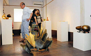 若手金工作家の作品が展示されている「かんか」の館内=高岡市金屋町で