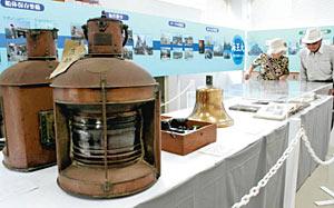 油を燃料にした航海灯(手前)などが並ぶ会場=射水市海王丸パークで