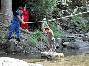ロープを補助にして川を渡る「水ぐもの術」