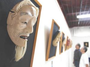 さまざまな表情の能面が展示されている作品展=長野市西尾張部で