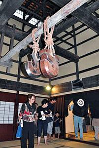 県文化財の旧山川家住宅の室内を見学する人たち