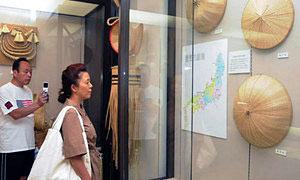 福岡町地区特産の菅笠について紹介する資料=高岡市福岡歴史民俗資料館で