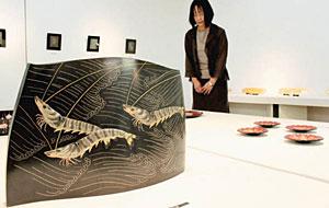 鳥田さんの花器作品「海老」など逸品が並ぶ会場=高岡市美術館で