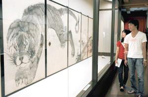 虎の絵を中心に水墨画など45点が並ぶ会場=名古屋市中区の名古屋城で