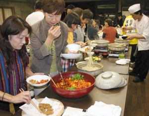 多彩なカキ料理が並ぶ「浦村の初牡蠣を食べる」=08年10月、鳥羽市の海の博物館で