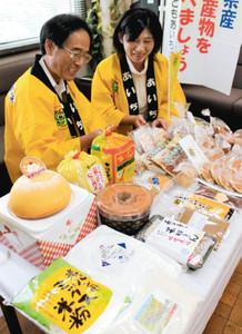 フェアで紹介される県産米粉を使った商品=県庁で