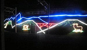 秋の紅葉シーズン中に点灯されるイルミネーション=黒部峡谷鉄道森石駅で