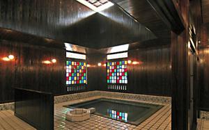 ステンドグラスがおしゃれな「古総湯」内部=いずれも石川県加賀市の山代温泉で