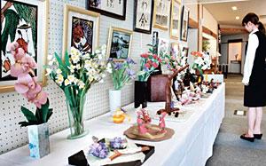 久田和紙を使った造花や切り絵などが並ぶ作品展=能登町恋路で
