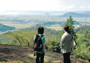小谷城の桜馬場から琵琶湖方面を眺める