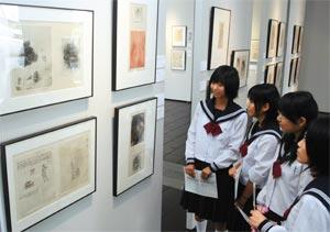 名画のコピー写真と並ぶ、スケッチやデッサン画に見入る中学生ら=浜松市中区の静岡文化芸術大で