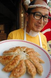 サミット開催地の浜松餃子はモヤシの付け合わせと円形焼きのスタイルが特徴=浜松市中区で