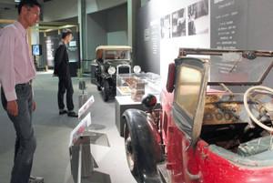 レストアされた車や貴重なエンジンが並ぶ会場=長久手町長湫のトヨタ博物館で