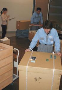 展示品を慎重に運び入れるスタッフら=福井市の市立郷土歴史博物館で