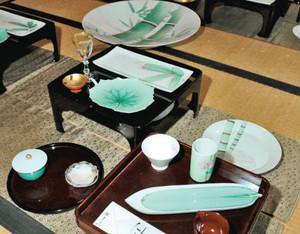 南さんの作品を主体にしたテーブルコーディネート=いずれも長浜市の黒壁美術館で