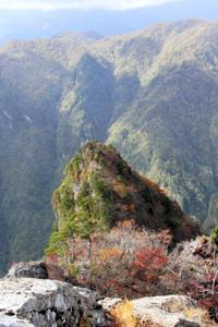 大蛇●(ぐら)から見える赤く色づいた「不動返し」=奈良県上北山村の大台ケ原で