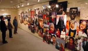 世界の人々の表情をとらえた写真を組み合わせた作品=滑川市博物館で