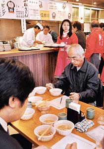 うどんを食べ比べて点数を付ける人たち=小松市土居原町で