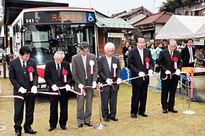 テープカットする寺前市長(左から3人目)ら=加賀市片山津町で