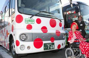 自らデザインしたバスをお披露目する草間弥生さん=松本市のJR松本駅前で