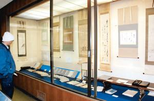 ずらりと並ぶ江戸から明治期の作品の数々=飯島町歴史民俗資料館の陣嶺館で