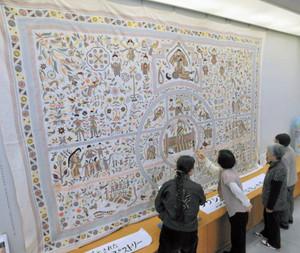 愛・地球博で展示された大刺しゅうのタペストリーを見る人たち=名古屋市東区のウィルあいちで