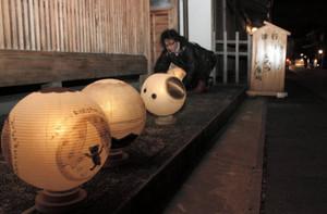 絵付けしたちょうちんが並んだ「冬あかり」の会場=岐阜市の川原町で