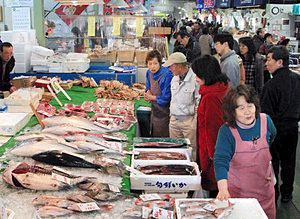 「大歳の市」で新鮮な魚などを買い求める人たち=金沢港いきいき魚市で