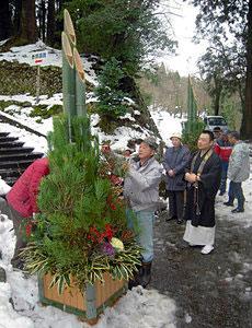 ジャンボ門松を整える奉賛会の会員ら=千光寺で