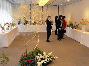 新春に合わせた華やかな生け花が並ぶ作品展=七尾市桧物町で