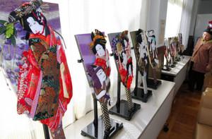 浮世絵や歌舞伎を題材にした華やかな押し絵羽子板=安曇野市のビレッジ安曇野で