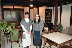 レトロな雰囲気のカフェ「ミューク」店内と共同経営者の百地さん(左)、山田さん=名張市上八町で