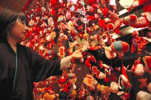 赤色を基調として、ずらりと並んだつるし飾り=阿智村の石苔亭いしだで