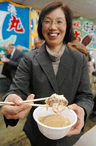 試食会で紹介された新メニュー「魚津寒ハギかす汁」=魚津漁協で