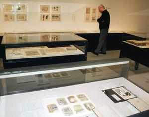 展示されたガリ版に関する資料=碧南市藤井達吉現代美術館で