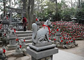 豊川稲荷の「霊狐塚」