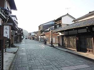 石畳の商家町でおわら風の盆で知られる富山市八尾町諏訪町本通り(県教委提供)