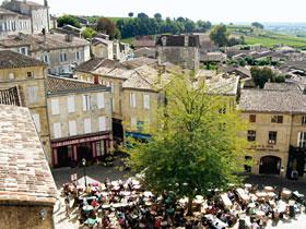 落ち着いたたたずまいのサンテミリオンの町と遠くまで広がるブドウ畑=いずれもフランス・ボルドー地方で