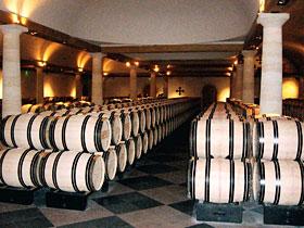 「シャトー・ラ・ミッション・オー・ブリオン」のセラー。たるの中でワインを1年以上、熟成させる=いずれもフランス・ボルドー地方で